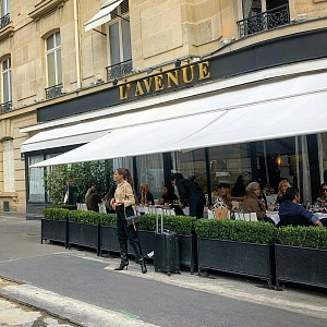 Celebritní restaurace L'Avenue na Avenue Montaigne.